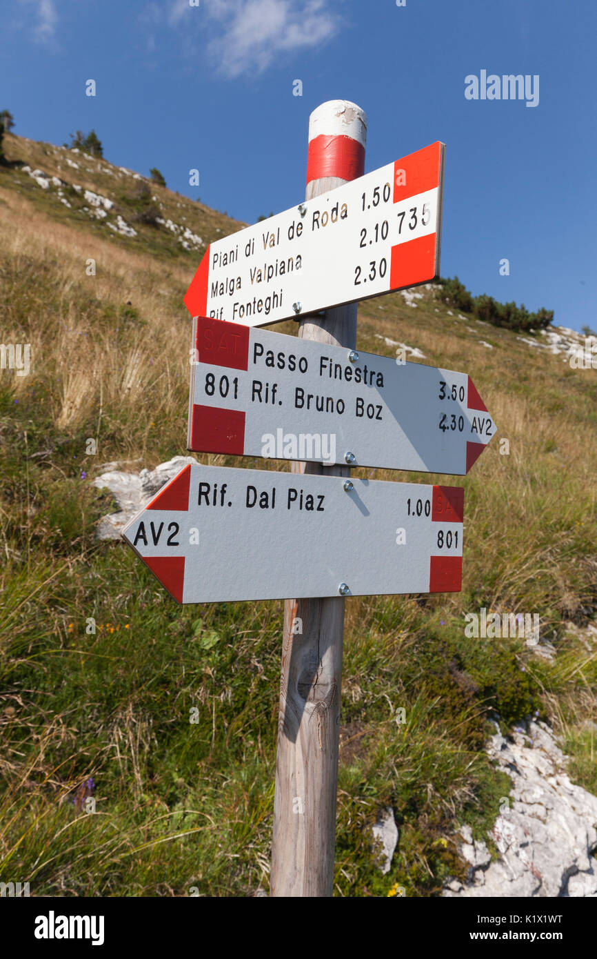 Europe, Italy, Veneto, Belluno. Signposting CAI / SAT along the Alta Via no. 2 on the Vette Feltrine, Dolomites - Stock Image