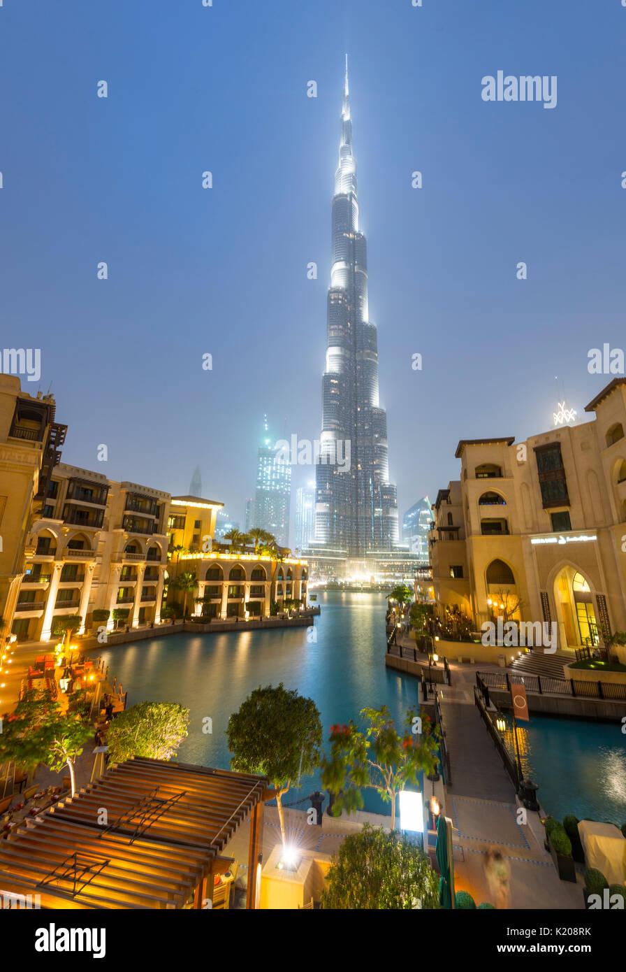 Burj Khalifa, artificial lake with lighted fountain, blue hour, Dubai, Emirate Dubai, United Arab Emirates - Stock Image