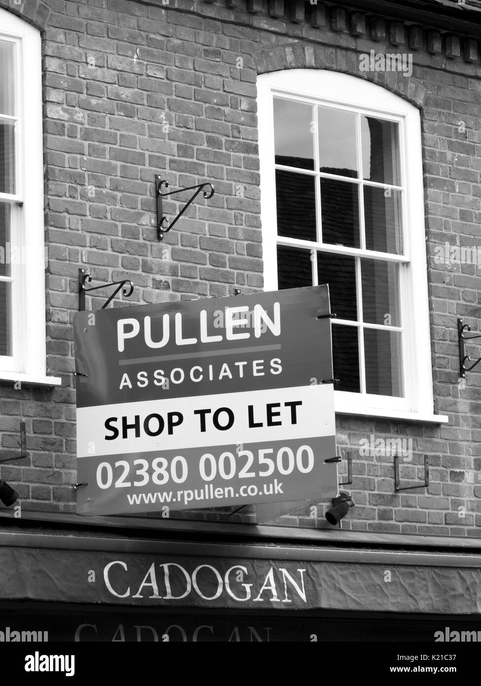 Pullen Associates shop to let advertising sign over vacant retail premises - Stock Image