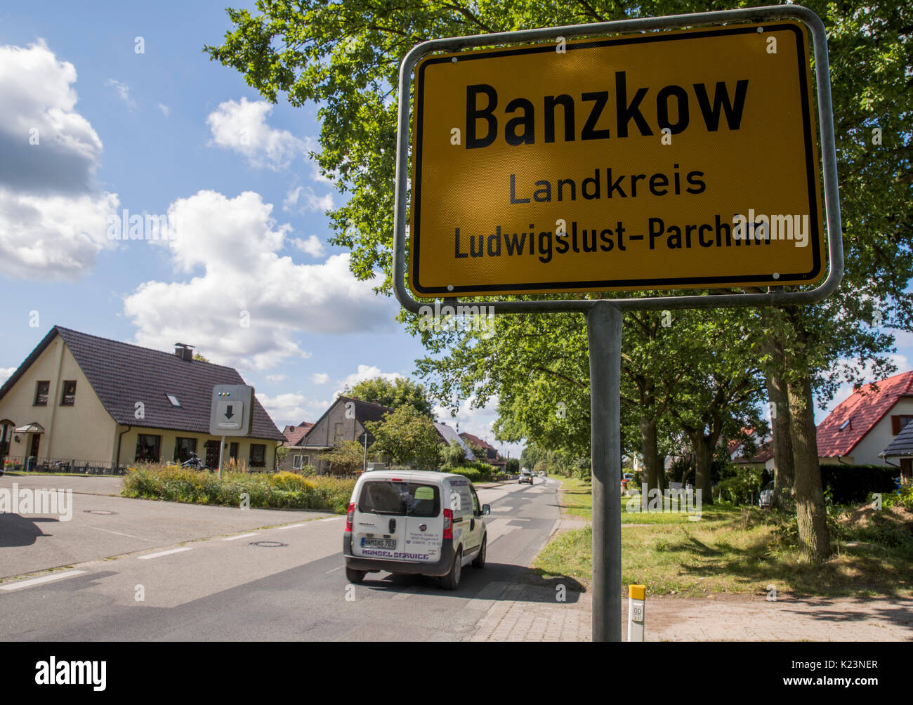 Banzkow, Germany. 28th Aug, 2017. View of the town entrance sign in Banzkow, Germany, 28 August 2017. Officers of the Federal Office for Criminal Investigation and the federal police searched apartments and offices in several places in Mecklenburg-Western Pomerania. The preparation of a subversive act of violence is suspected. Photo: Jens Büttner/dpa-Zentralbild/dpa/Alamy Live News - Stock Image