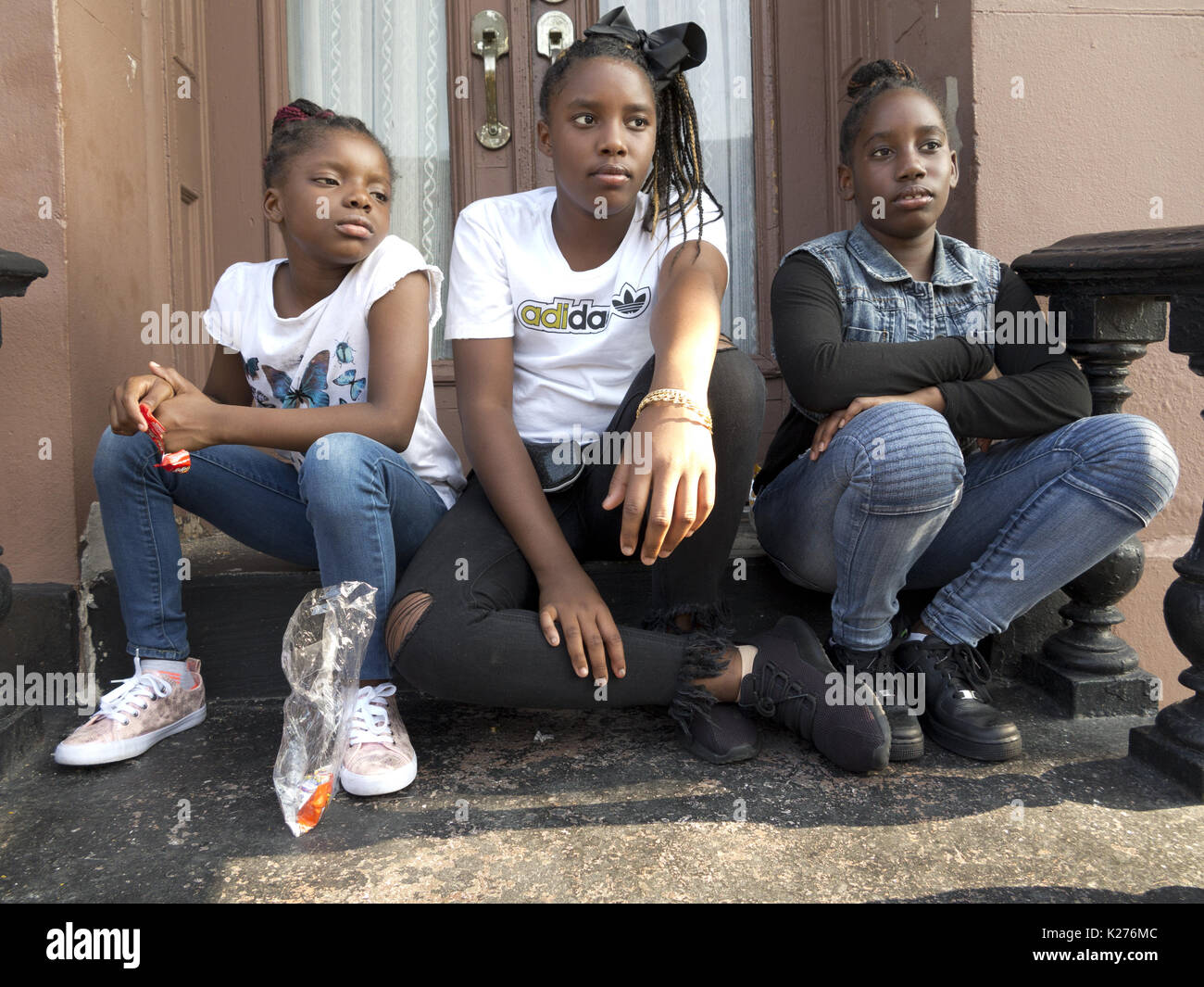 Girls on stoop in the Bedford Stuyvesant section of Brooklyn, NY, Aug.26, 2017. - Stock Image