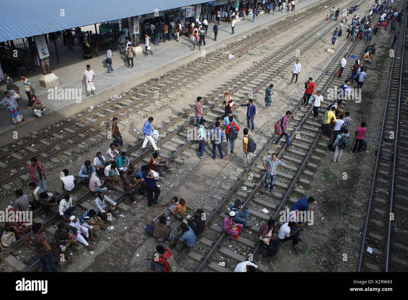 August 29, 2017 - Dhaka, Bangladesh - Bangladeshi homebound people wait for train as they head to their hometowns ahead of the Muslim holiday of Eid al-Adha, in Dhaka, Bangladesh. (Credit Image: © Suvra Kanti Das via ZUMA Wire) - Stock Image