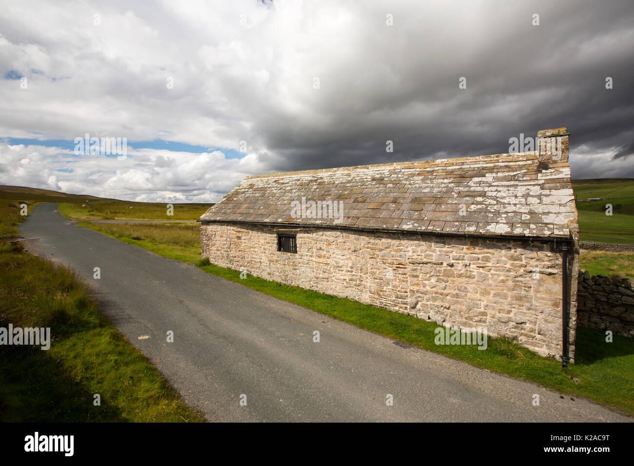 A roadside barn in Arkengarthdale in the Yorkshire Dales National Park, UK. - Stock Image