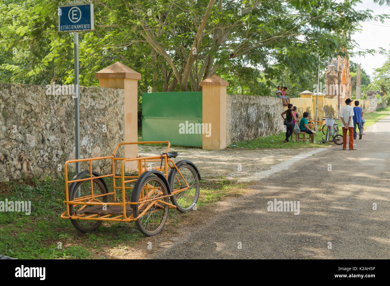 Residents of Yaxcopoil spend their afternoon socializing for a brief moment outside Hacienda Yaxcopoil, Yaxcopoil, Yucatan, Mexico. - Stock Image