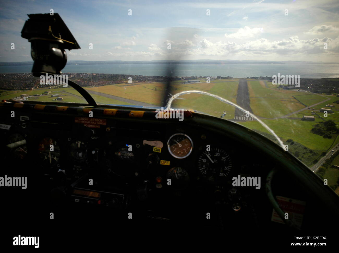 AJAXNETPHOTO. LEE-ON-THE-SOLENT, ENGLAND. - FINAL APPROACH - LIGHT AIRCRAFT MAKES FINAL APPROACH BEFORE LANDING ON DAEDALUS AIRFIELD.  PHOTO;JONATHAN EASTLAND/AJAX REF:RD110709_2139 - Stock Image