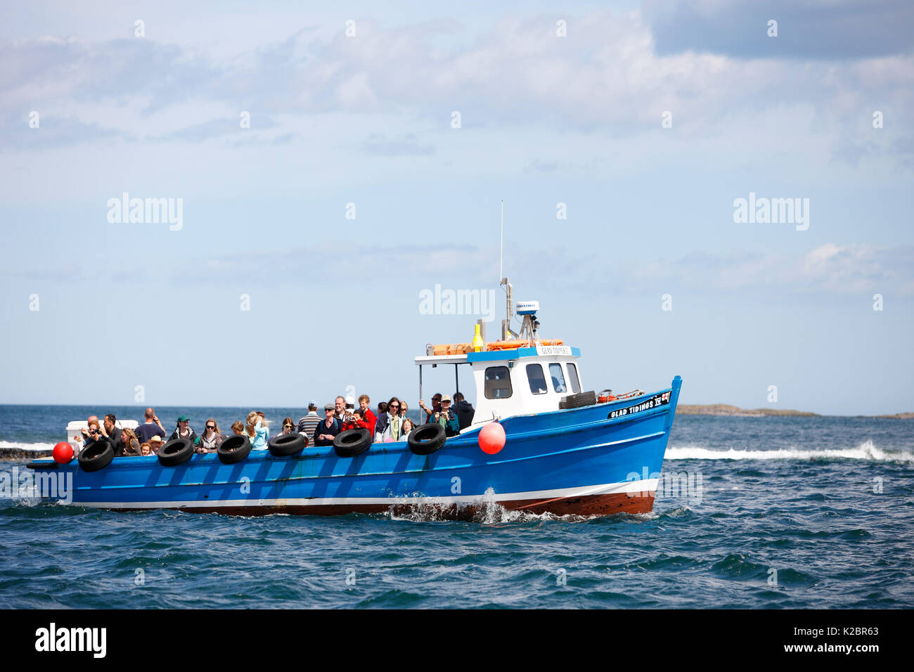 Passenger boat travelling between the Farne Islands and Seahouses, Northumberland, England, UK. July 2009. All non-editorial uses must be cleared individually. - Stock Image