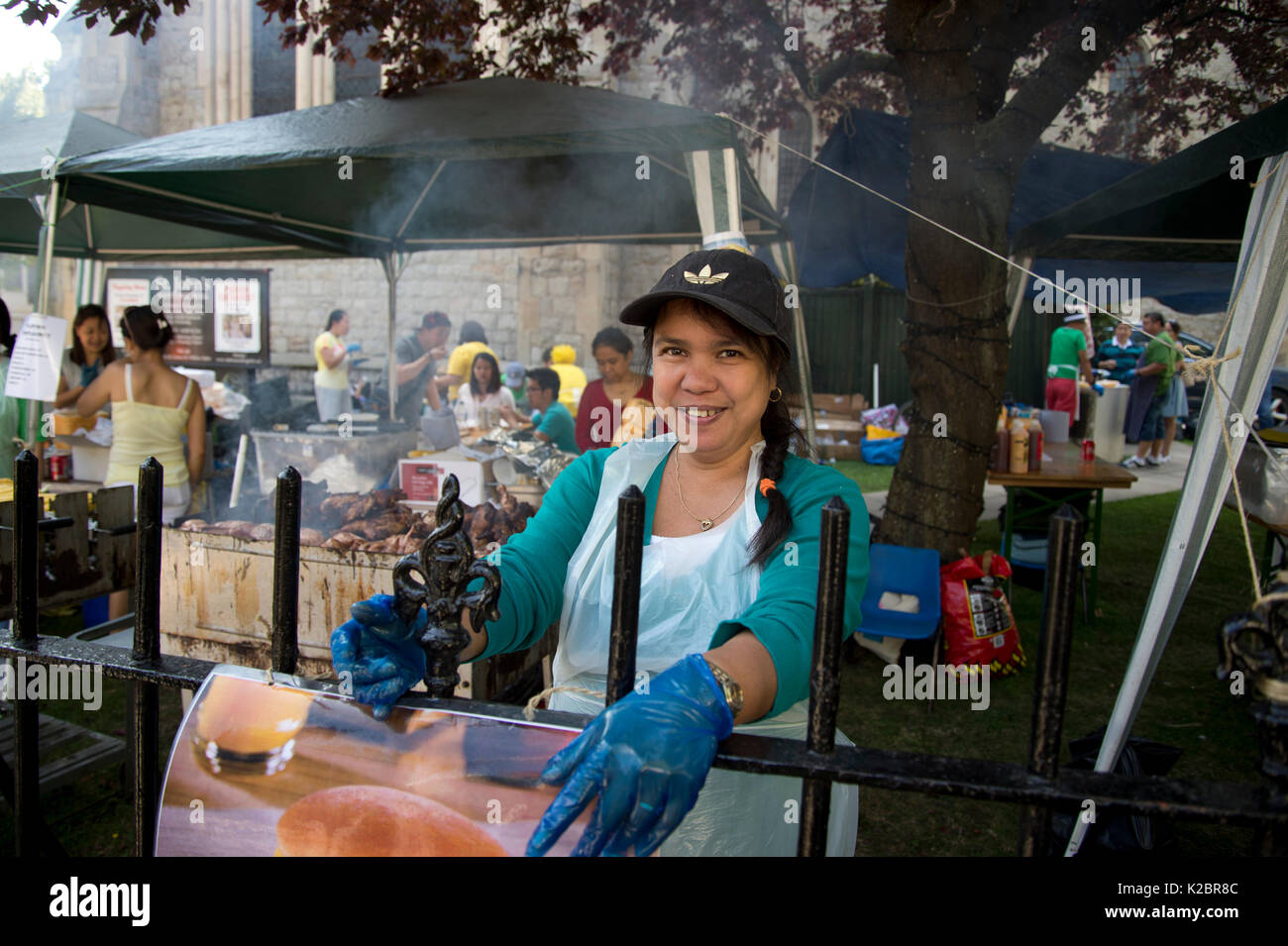 Notting Hill Carnival. A member of the Filipino chaplaincy, selling chicken, rice and sweetcorn from the church grounds in Ladbroke Grove - Stock Image
