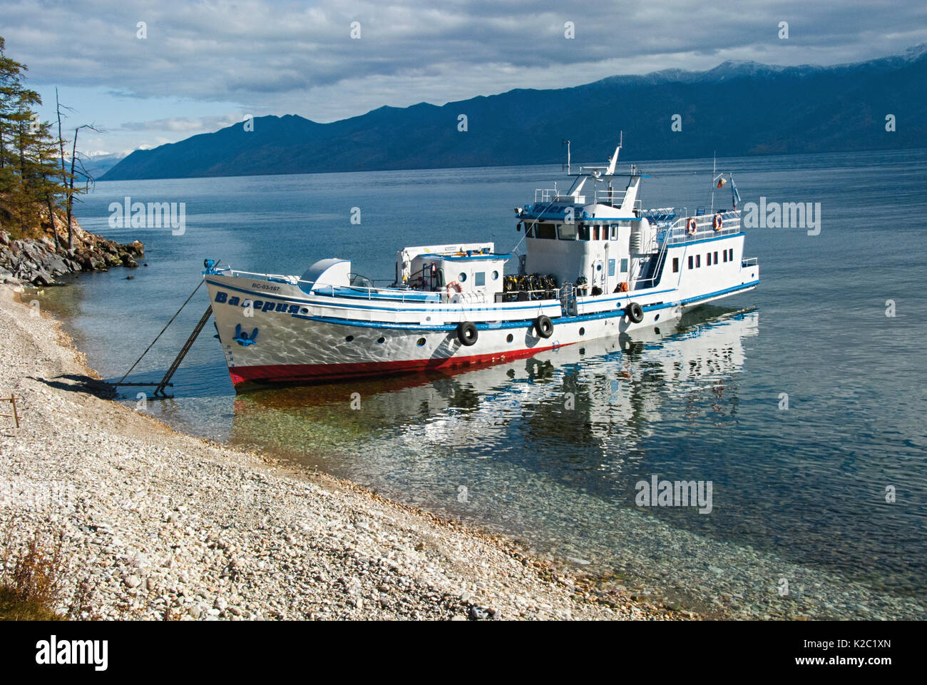 Boat on the shore of Ushkanyi islands, breeding grounds of the Baikal seal (Pusa sibirica) Siberia, Russia, October 2010. - Stock Image