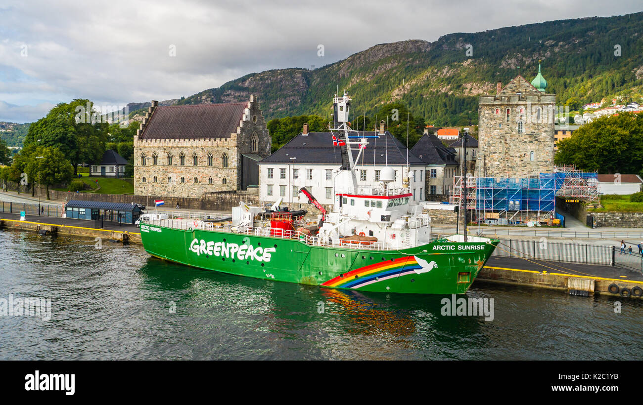 the greenpeace vessel stock photos the greenpeace vessel stock images alamy. Black Bedroom Furniture Sets. Home Design Ideas