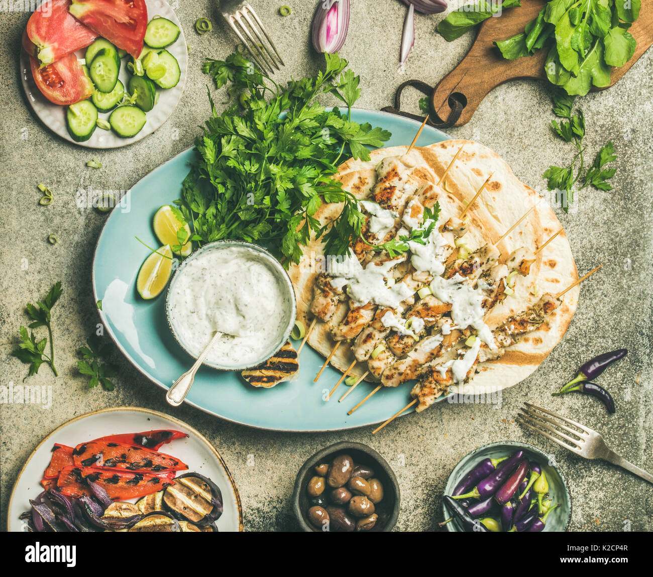 Summer barbecue party dinner set with grilled chiken and vegetables - Stock Image