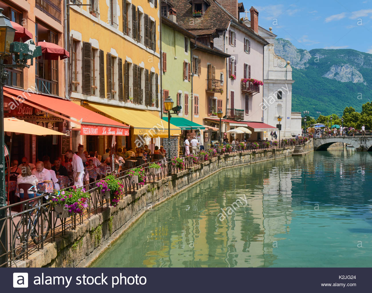 cafe bars bistros and restaurants on the waterfront canal du thiou annecy france - Stock Image