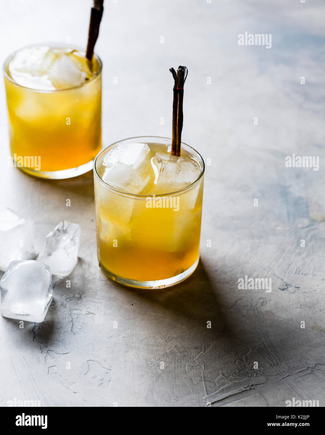 Golden whiskey cocktails - Stock Image