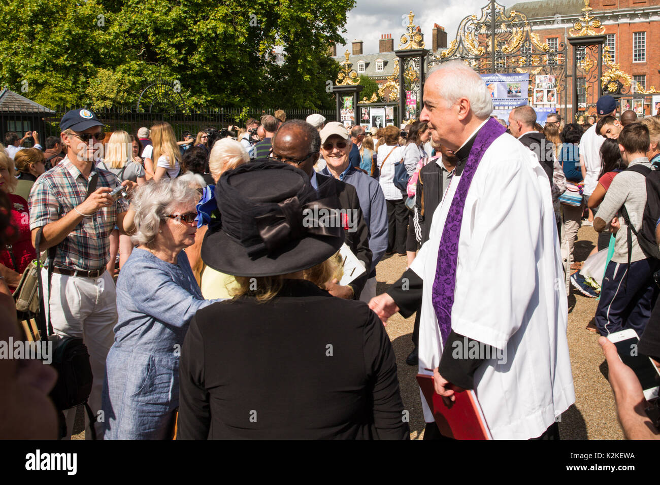 London, UK. 31st Aug, 2017. Rev. Frank Gelli, Diana, Princess of Wales former Priest, comforts well-wishers who have flocked to Kensington Palace, London, in memory of the late Queen of Hearts on the 20th Anniversary of her death. Credit: amanda rose/Alamy Live News - Stock Image