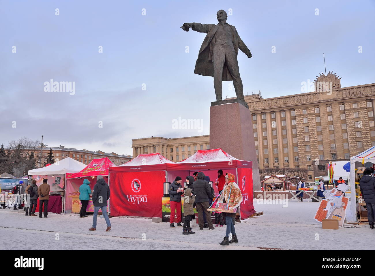 Tea tents under a monument to Vladimir Lenin during the carnival - Stock Image
