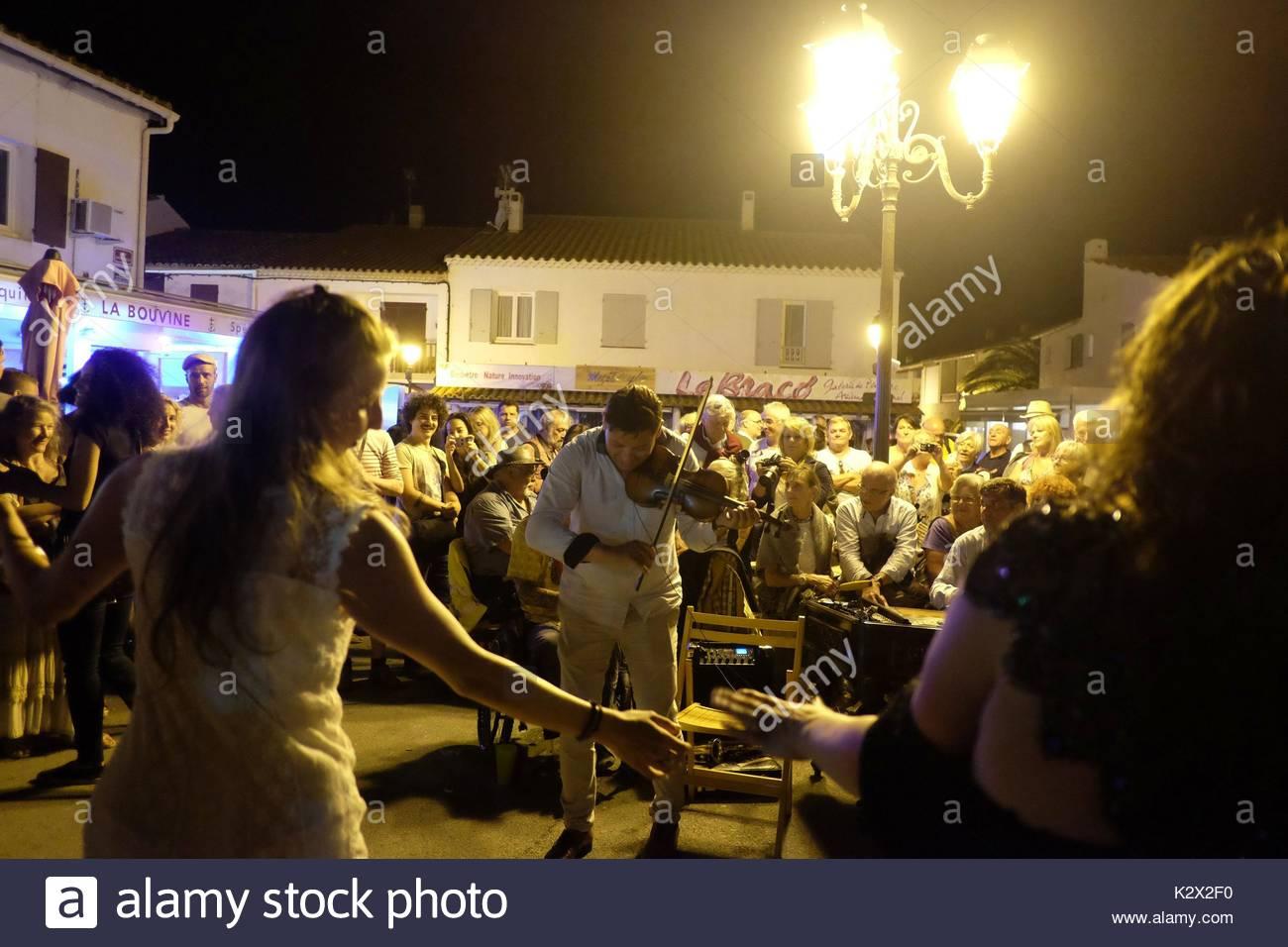 Pendant le pelerinage aux Saintes-Maries-de-la-Mer, durant une bonne partie de la nuit du 23 au 24 mai, les musiciens gitans, roms, tziganes sont nombreux dans les rues, ils jouent de la musique, dansent et chantent, de nombreux touristes participent a la fete, Bouches-du-Rhone, Provence, France - Stock Image