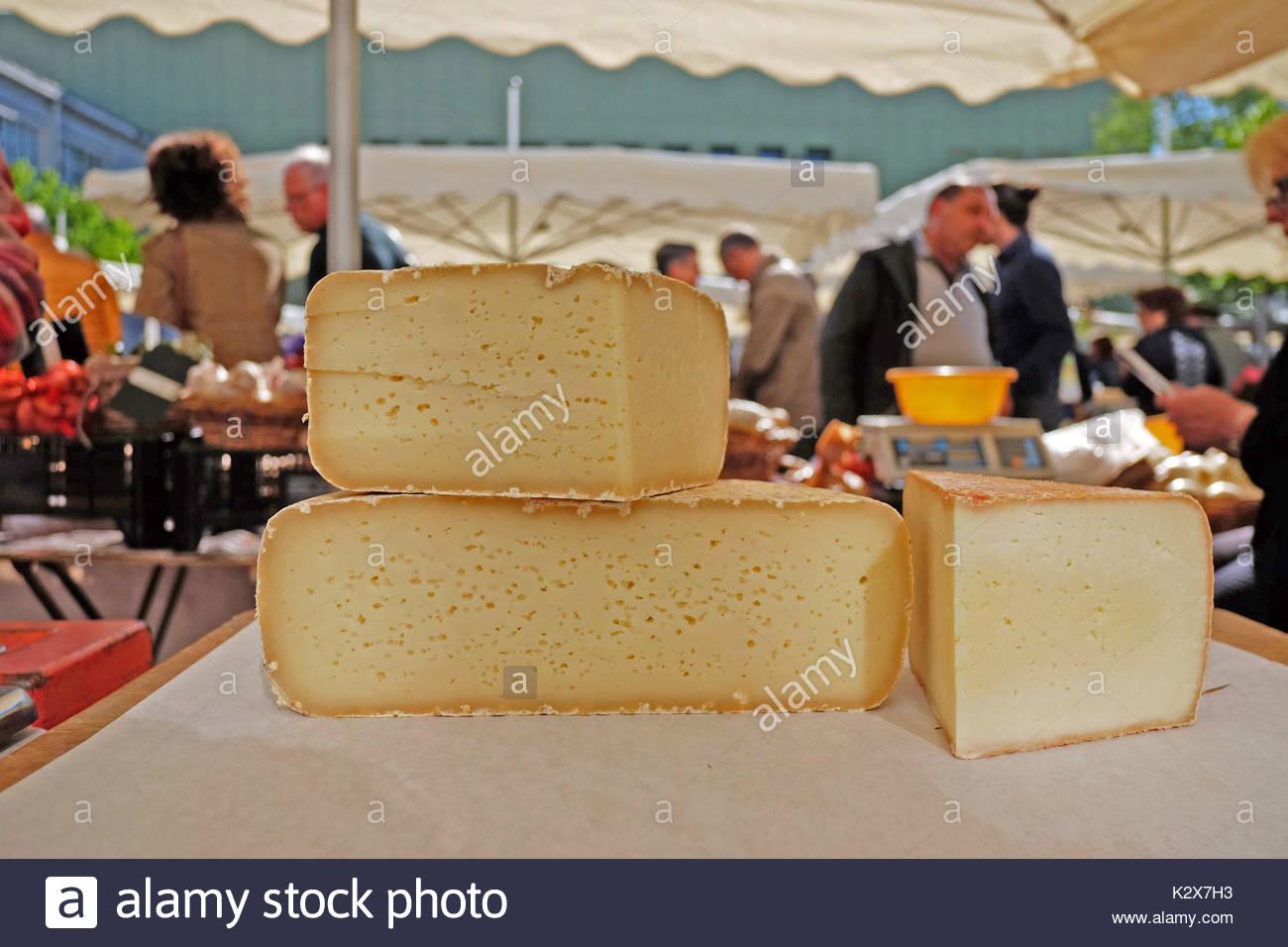France, Nouvelle-Aquitaine, Pyrenees Atlantiques, Fichous Riumayou, la fromagere vend les fromages de brebis sur le marche en vente directe. *** The cheese maker sells sheep cheeses in the direct sale market, France, Nouvelle-Aquitaine, Pyrenees Atlantiques, Fichous Riumayou - Stock Image