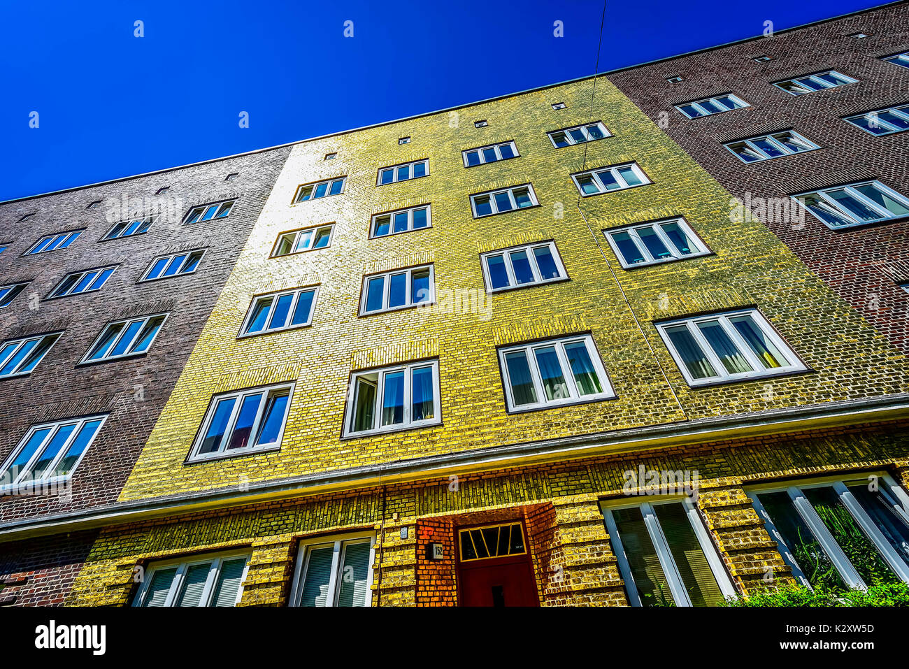 The golden house with gilt facade on the Veddel in Hamburg, piece of art of the artist Boran Burchhardt, Das Goldhaus mit vergoldeter Fassade auf der  - Stock Image