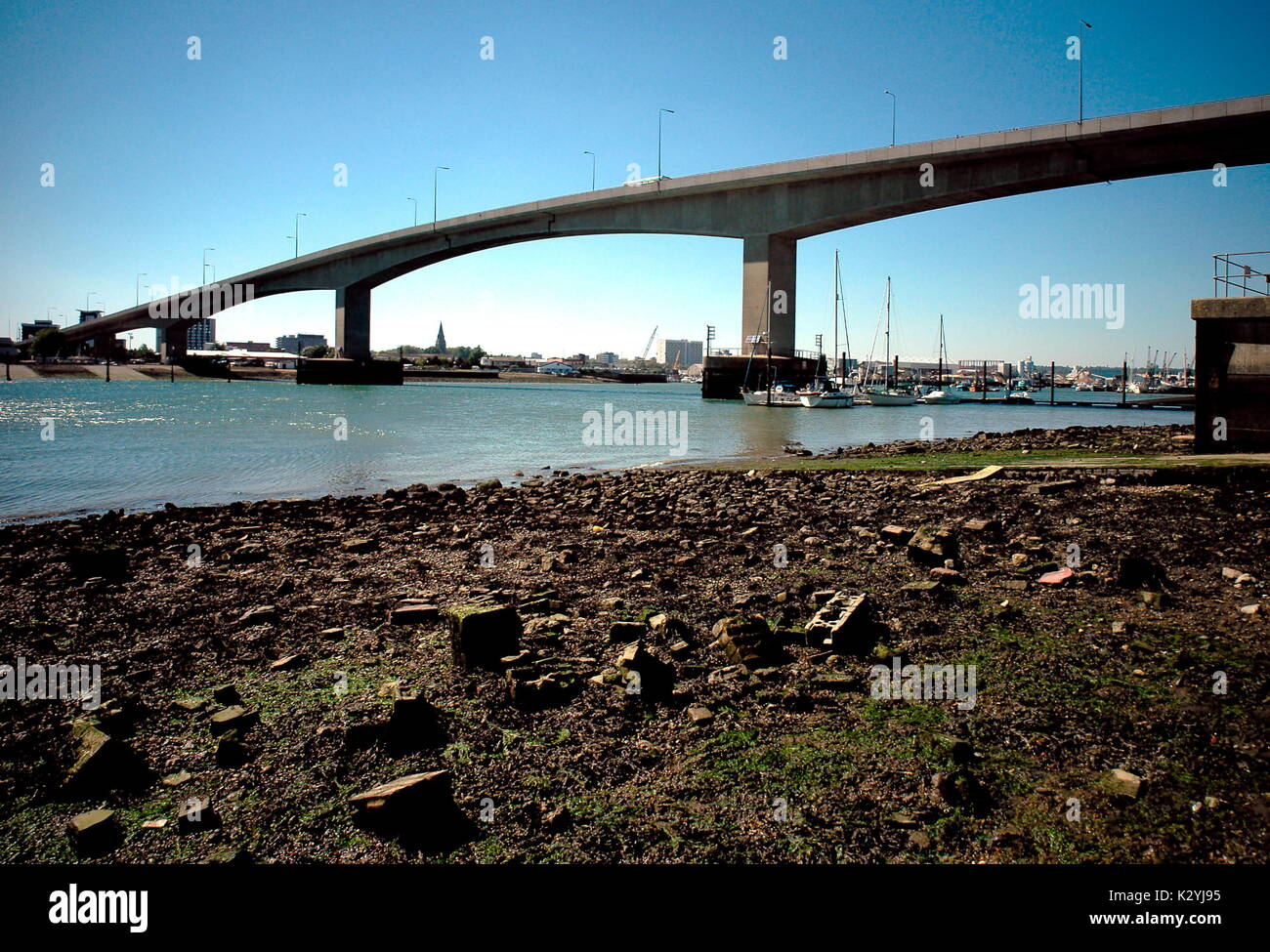 AJAXNETPHOTO. WOOLSTON, ENGLAND. - SPANNING THE RIVER - REINFORCD CONCRETE SPANS OF THE ITCHEN BRIDGE FROM THE WOOLSTON SIDE.  PHOTO:JONATHAN EASTLAND/AJAX REF:061110 - Stock Image