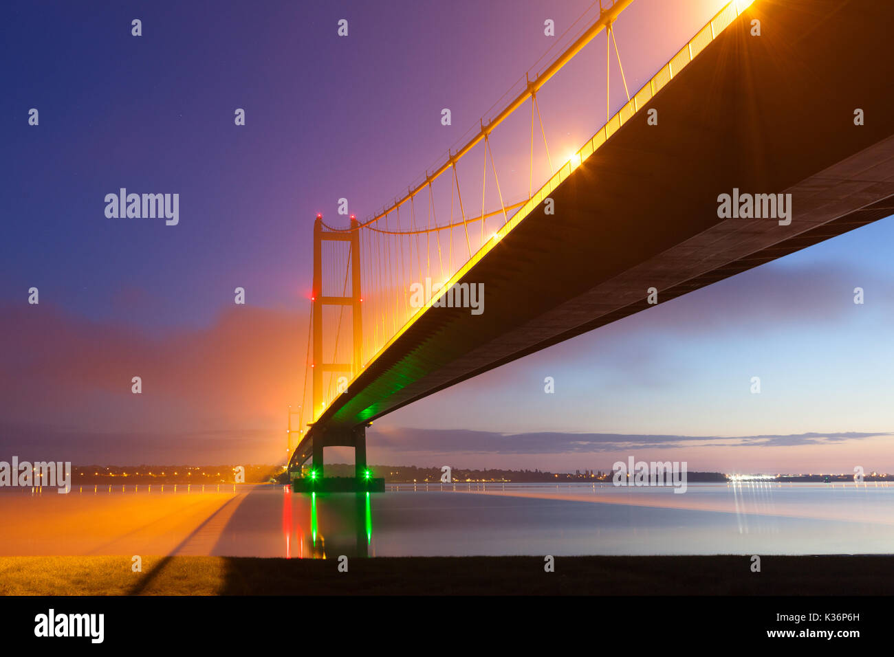 Humber Bridge, Barton-upon-Humber, North Lincolnshire, UK. 02nd Sep, 2017. UK Weather: Mist swirls around the Humber Bridge before sunrise. Barton-upon-Humber, North Lincolnshire, UK. 2nd September 2017. Credit: LEE BEEL/Alamy Live News - Stock Image