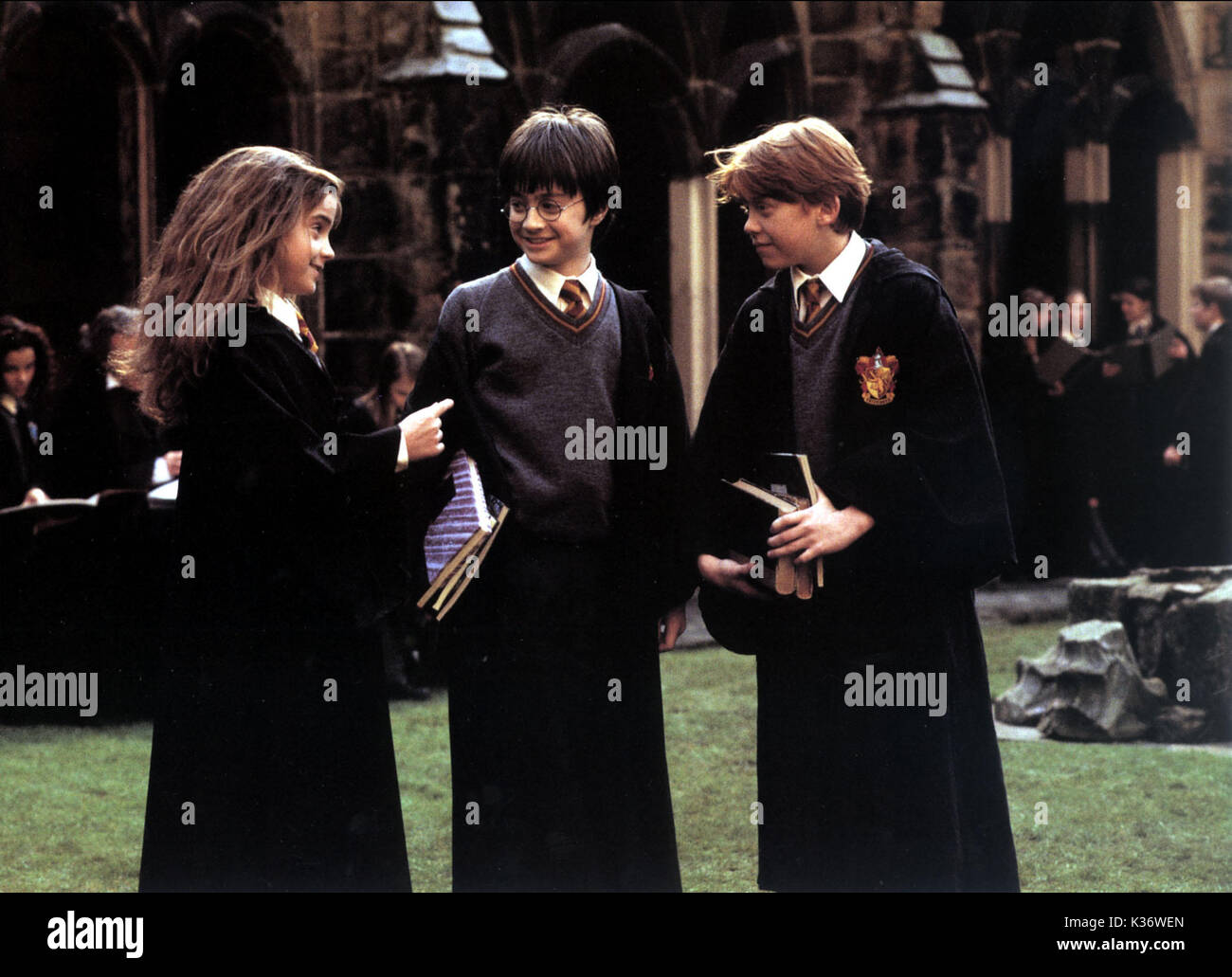 HARRY POTTER AND THE PHILOSOPHER'S STONE [BR / US 2001]  L-R, EMMA WATSON, DANIEL RADCLIFFE, RUPERT GRINT HARRY POTTER AND THE PHILOSOPHER'S STONE [BR / US 2001]  L-R, EMMA WATSON as Hermione Granger, DANIEL RADCLIFFE as Harry Potter, RUPERT GRINT as Ron Weasley - Stock Image