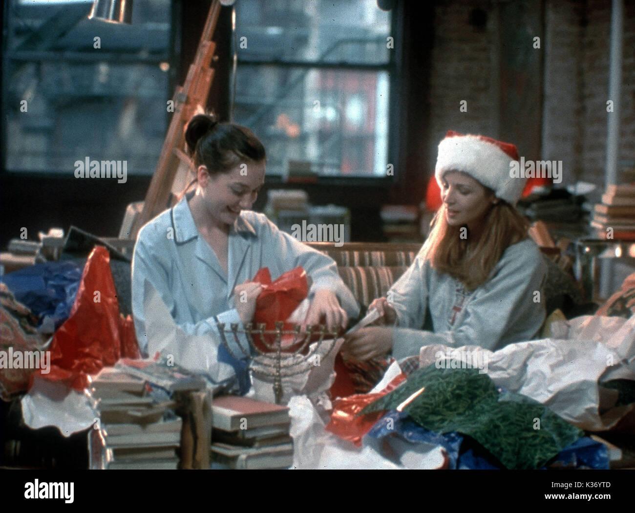 KISSING JESSICA STEIN HEATHER JUERGENSEN AND JENNIFER WESTFELDT CHRISTMAS/HANNUKAH AN EDEN WURMFELD FILM     Date: 2001 - Stock Image