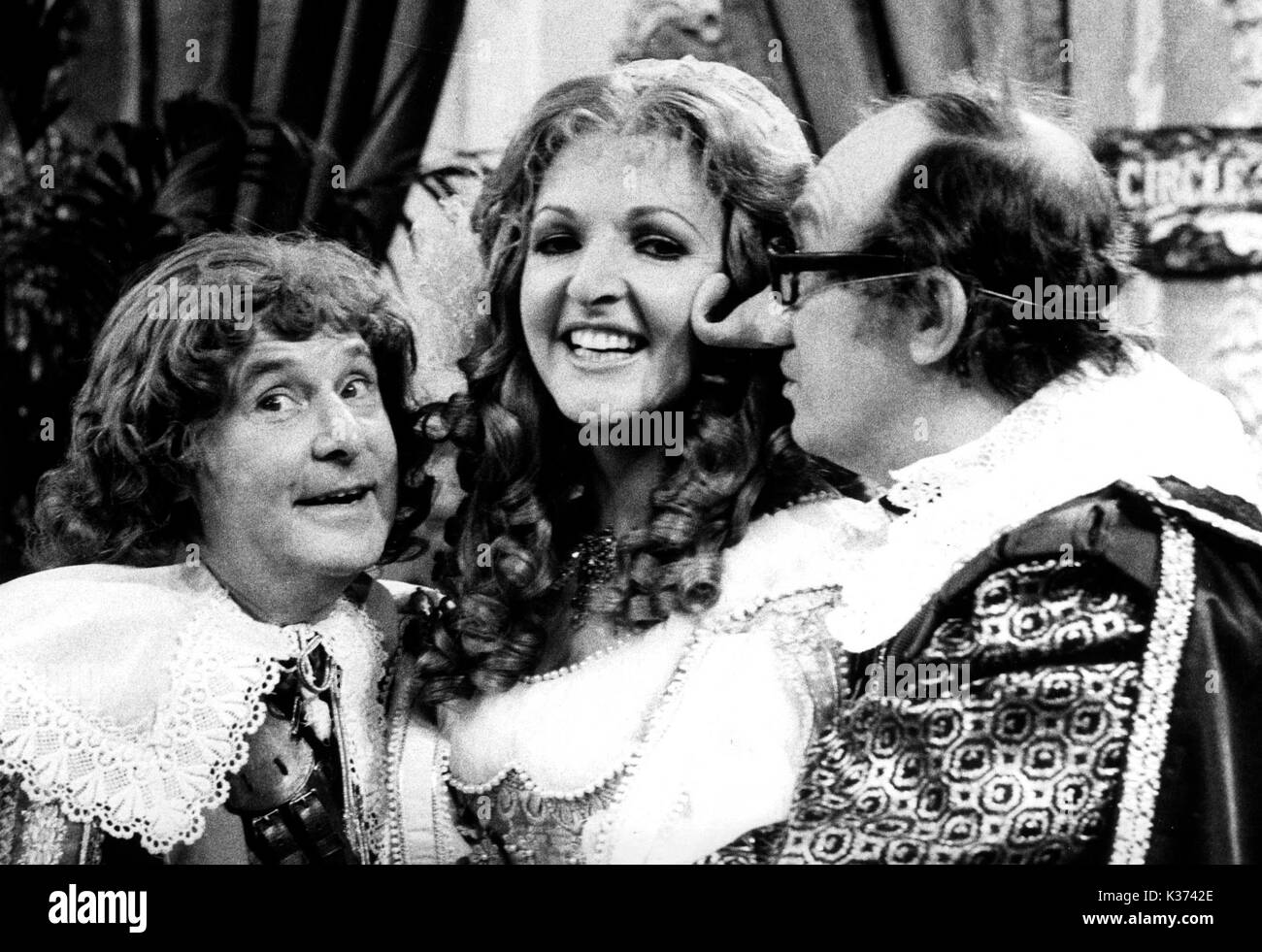 THE MORCAMBE AND WISE CHRISTMAS SHOW ERNIE WISE, PENELOPE KEITH, ERIC MORCAMBE - Stock Image
