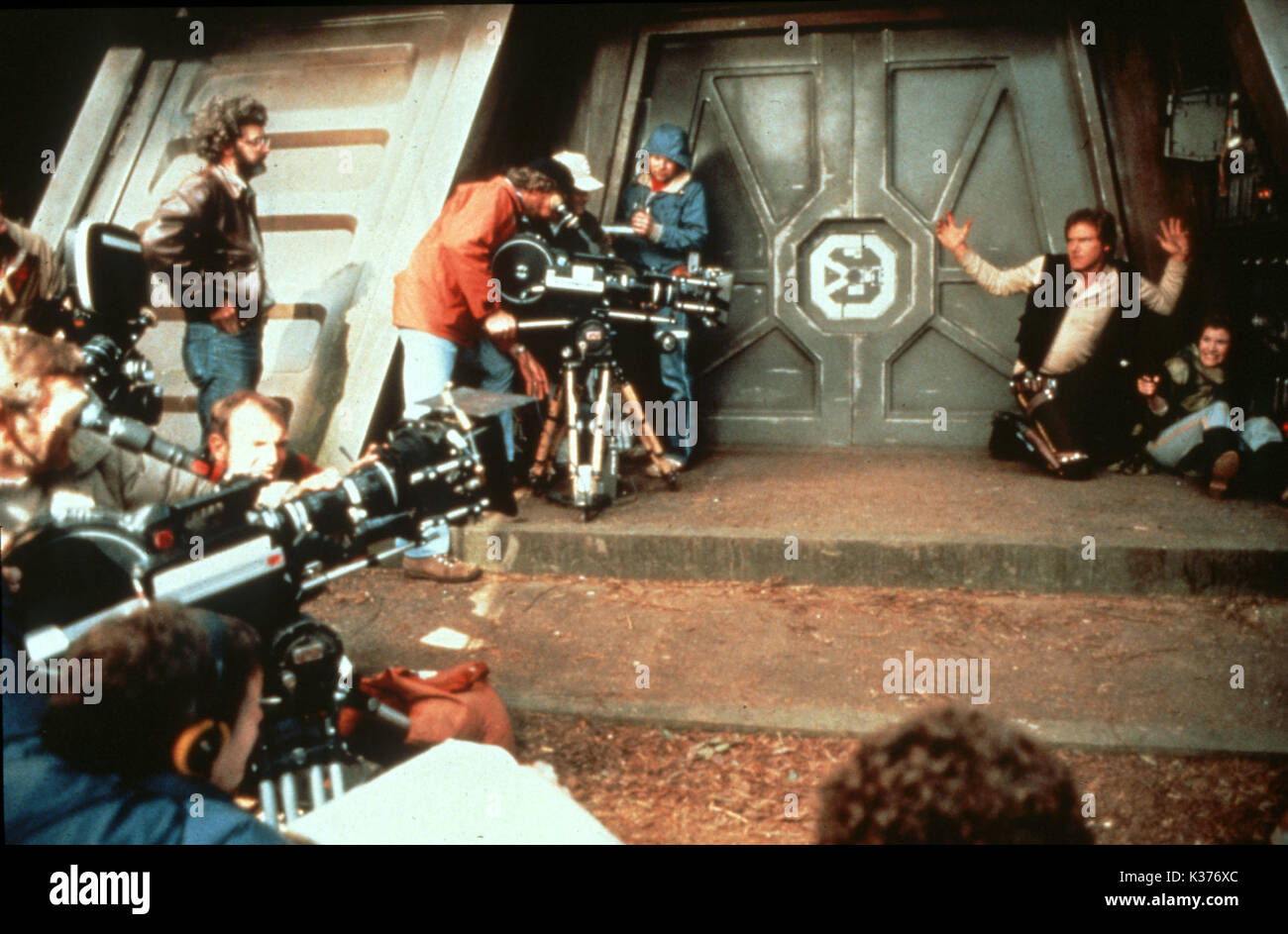 STAR WARS: EPISODE VI - THE RETURN OF THE JEDI LUCASFILMS/20TH FOX GEORGE LUCAS , HARRISON FORD, CARRIE FISHER right     Date: 1983 - Stock Image