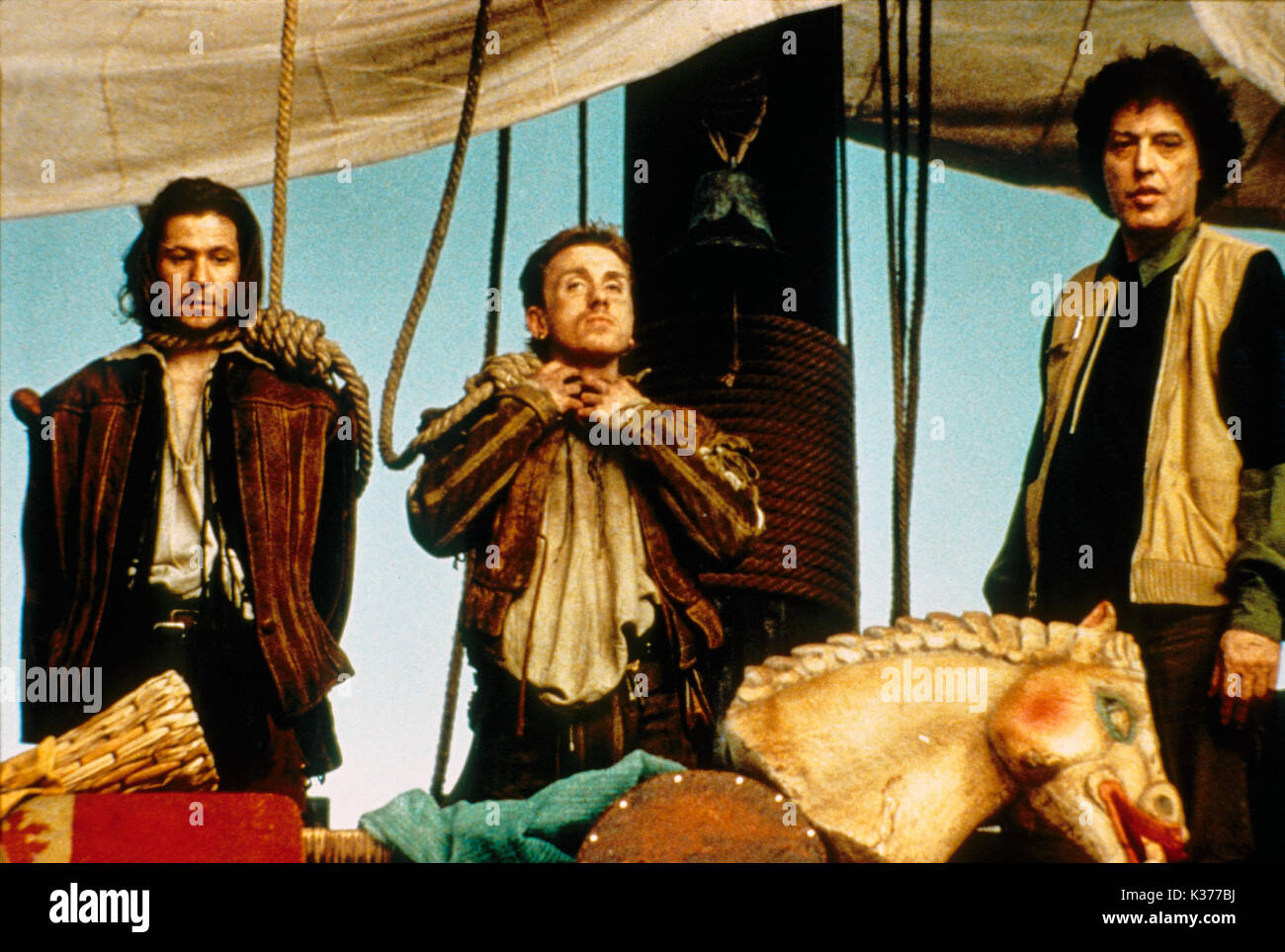 ROSENKRANTZ AND GUILDENSTERN ARE DEAD GARY OLDMAN, TIM ROTH, TOM STOPPARD Picture from the Ronald Grant Archive ROSENCRANTZ AND GUILDENSTERN ARE DEAD GARY OLDMAN, TIM ROTH, Director / Writer TOM STOPPARD     Date: 1990 - Stock Image
