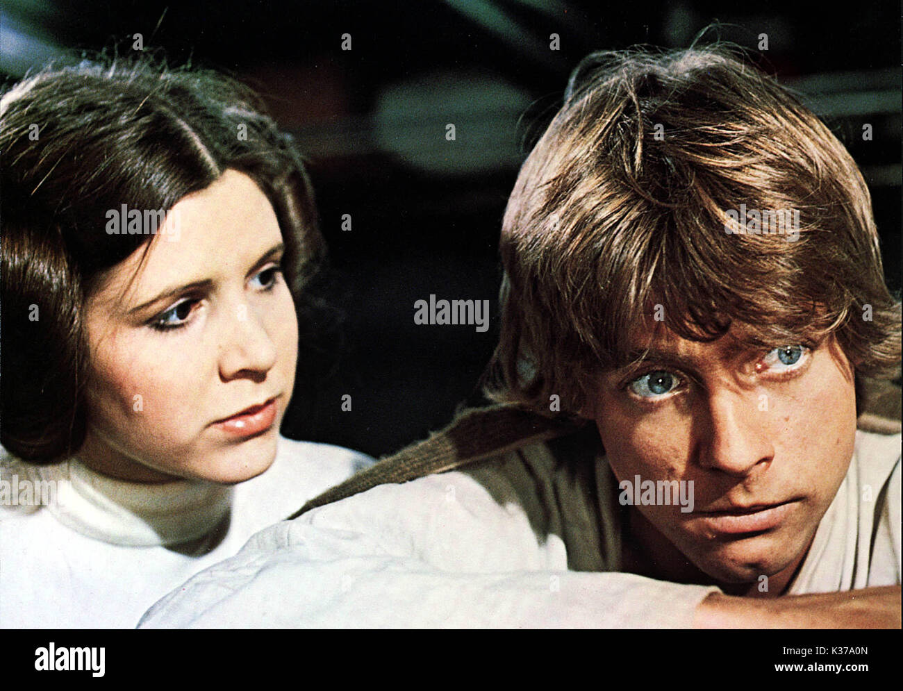 STAR WARS YOU MUST CREDIT LUCASFILMS CARRIE FISHER as Princess Leia, MARK HAMILL as Luke Skywalker     Date: 1977 - Stock Image