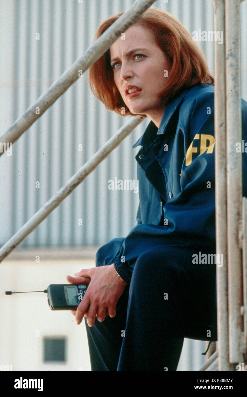THE X-FILES: FIGHT THE FUTURE GILLIAN ANDERSON DIRECTOR:ROB BOWMAN FBI AGENT PICTURE FROM THE RONALD GRANT ARCHIVE FILM RELEASE BY 20TH CENTURY FOX THE X-FILES: FIGHT THE FUTURE GILLIAN ANDERSON DIRECTOR:ROB BOWMAN FBI AGENT FILM RELEASE BY 20TH CENTURY FOX     Date: 1998 - Stock Image