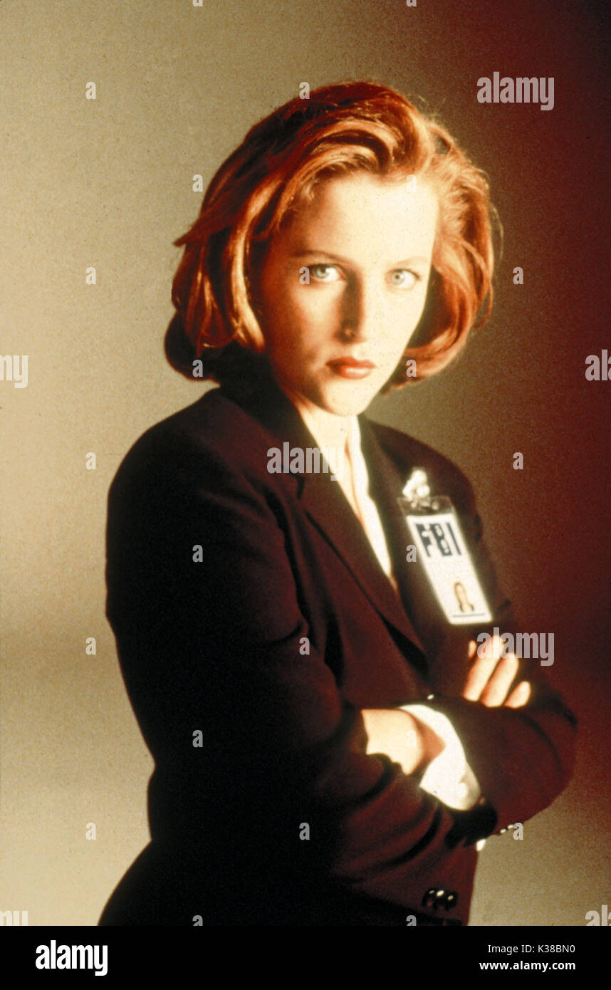 THE X-FILES GILLIAN ANDERSON FBI AGENT PICTURE FROM THE RONALD GRANT ARCHIVE TV RELEASE BY 20TH CENTURY FOX THE Stock Photo