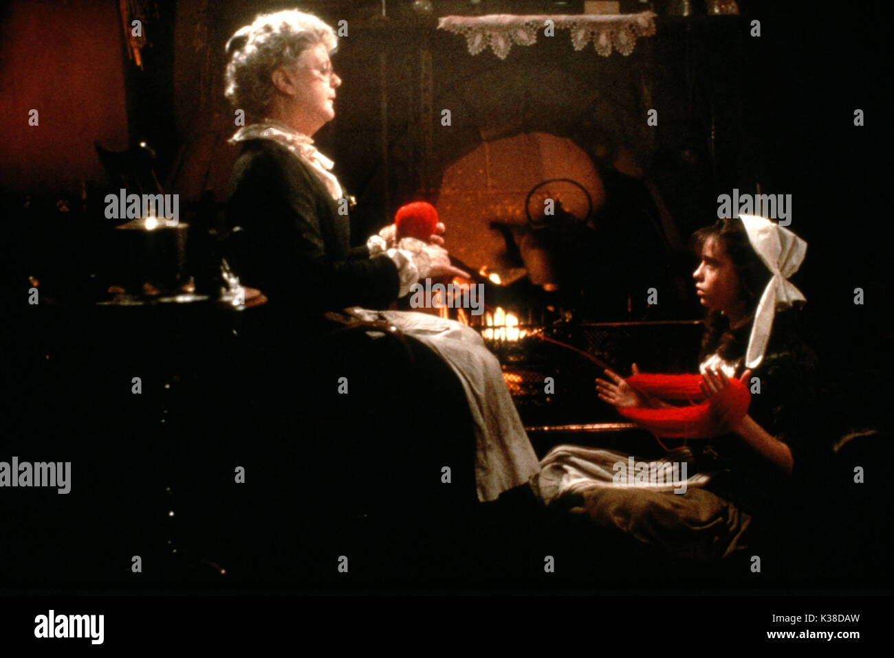 THE COMPANY OF WOLVES ANGELA LANSBURY AND SARAH PATTERSON DIRECTOR: NEIL JORDAN WRITERS: NEIL JORDAN AND ANGELA CARTER CANNON FILMS PICTURE FROM THE RONALD GRANT ARCHIVE THE COMPANY OF WOLVES     Date: 1984 - Stock Image