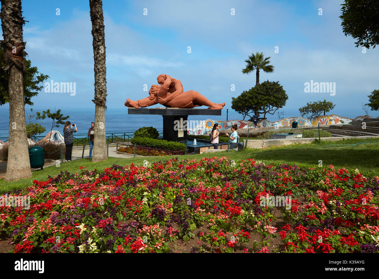 Flower garden and El Beso (The Kiss) statue by Victor Delfin, Park del Amor (Park of Love), Miraflores, Lima, Peru, South America - Stock Image