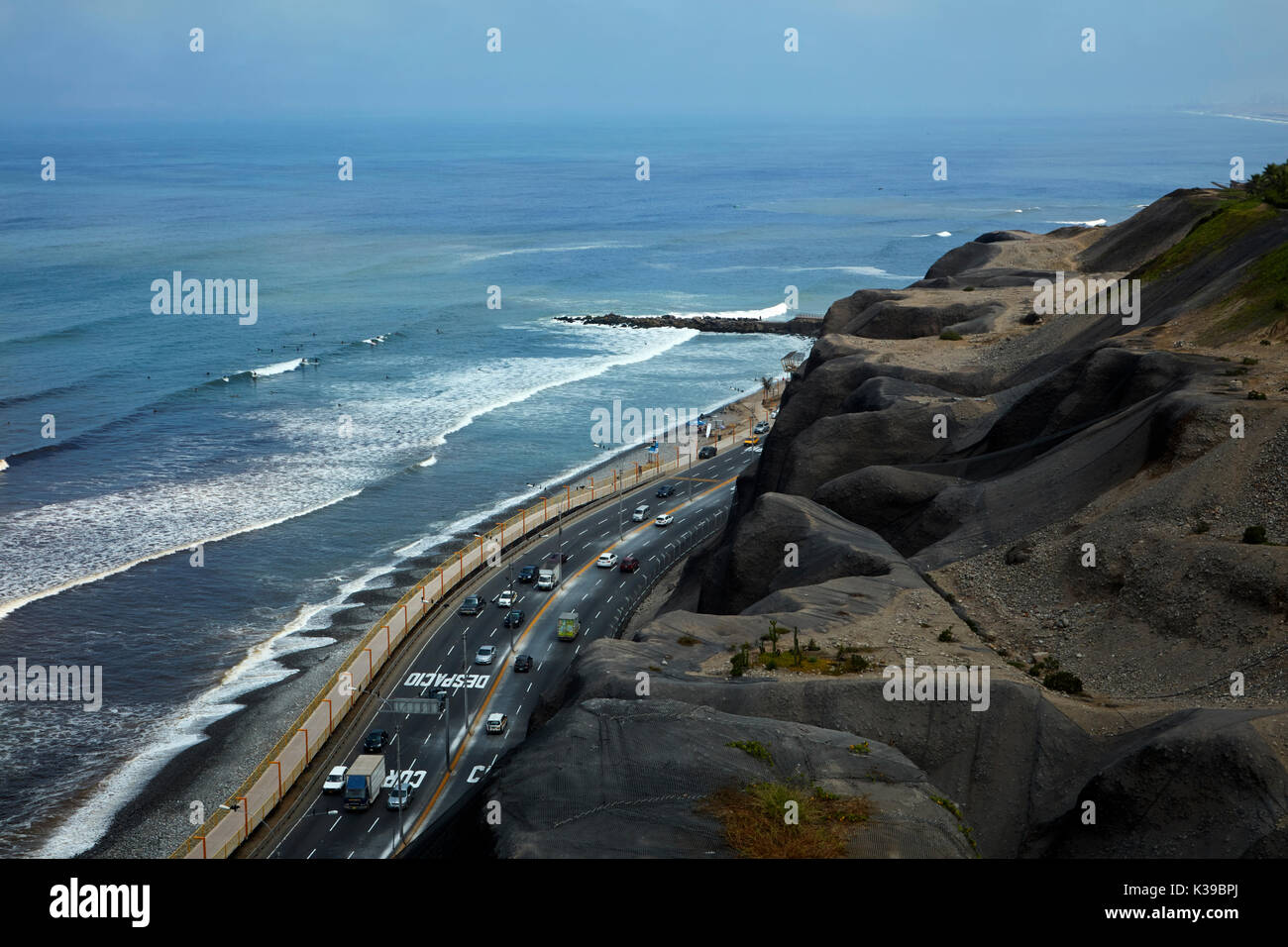 Pacific Ocean, beach, road and cliffs, Miraflores waterfront, Lima, Peru, South America - Stock Image