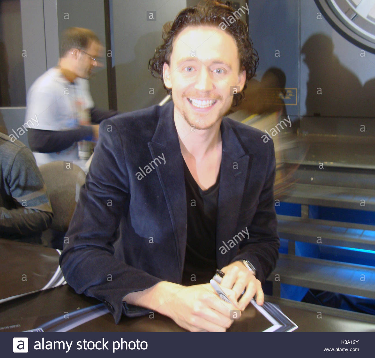 Tom Hiddleston Chris Evans And Tom Hiddleston Meet Fans At A