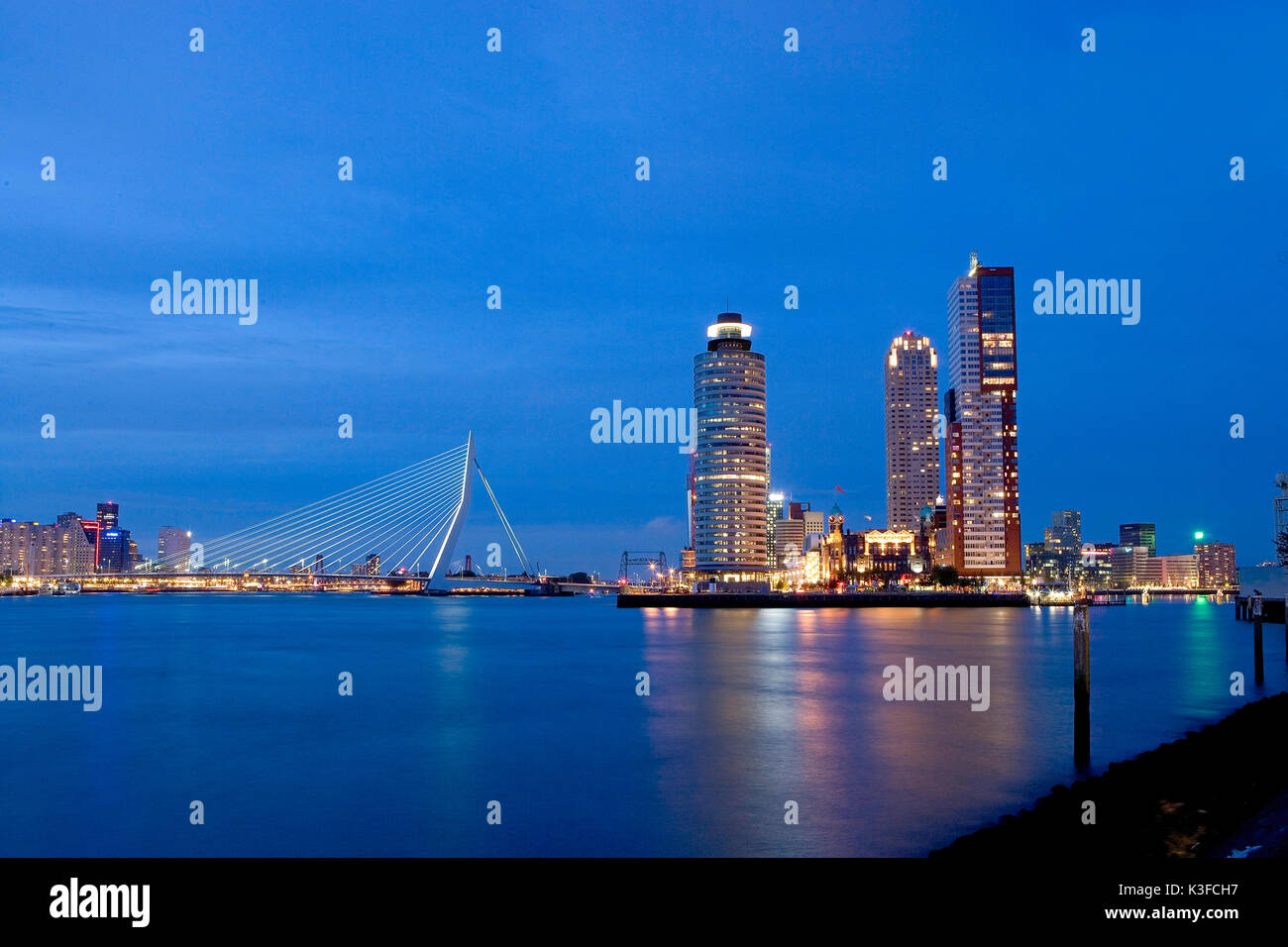 Night view at Rotterdam. On the left the Erasmusbrücke, on the right the town planning development area Kop of Van Zuid. - Stock Image