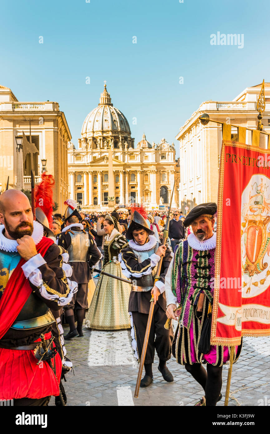 members of historical reenactment group in renaissance costumes during a parade, st. peter´s basilica in the background - Stock Image