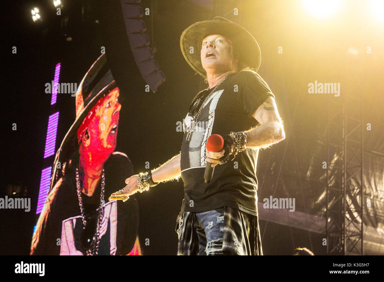axl rose guns roses performing stock photos axl rose guns roses performing stock images alamy. Black Bedroom Furniture Sets. Home Design Ideas