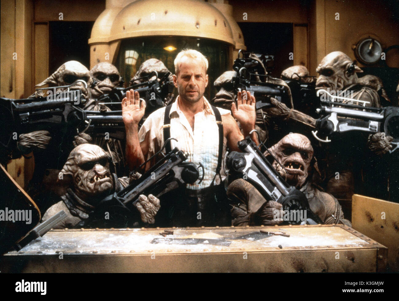 THE FIFTH ELEMENT aka LE CINQUIEME ELEMENT BRUCE WILLIS PUBLICITY SHOT: THIS SCENE IS NOT IN THE FILM     Date: 1995 - Stock Image