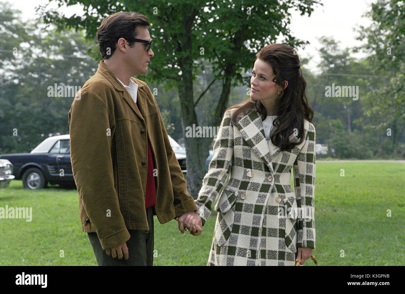 WTL-354 Joaquin Phoenix and Reese Witherspoon portray Johnny Cash and June Carter, in WALK THE LINE, which examines the early years of the music legend. Photo credit: Suzanne Tenner TM and © 2005 Twentieth Century Fox. All Rights Reserved. Not for sale or duplication. WALK THE LINE JOAQUIN PHOENIX as JOHNNY CASH, REESE WITHERSPOON as JUNE CARTER WTL-354 Joaquin Phoenix and Reese Witherspoon portray Johnny Cash and June Carter, in WALK THE LINE, which examines the early years of the music legend. Photo credit: Suzanne Tenner TM and  2005 Twentieth Century Fox. All Rights Reserved. Not for  - Stock Image