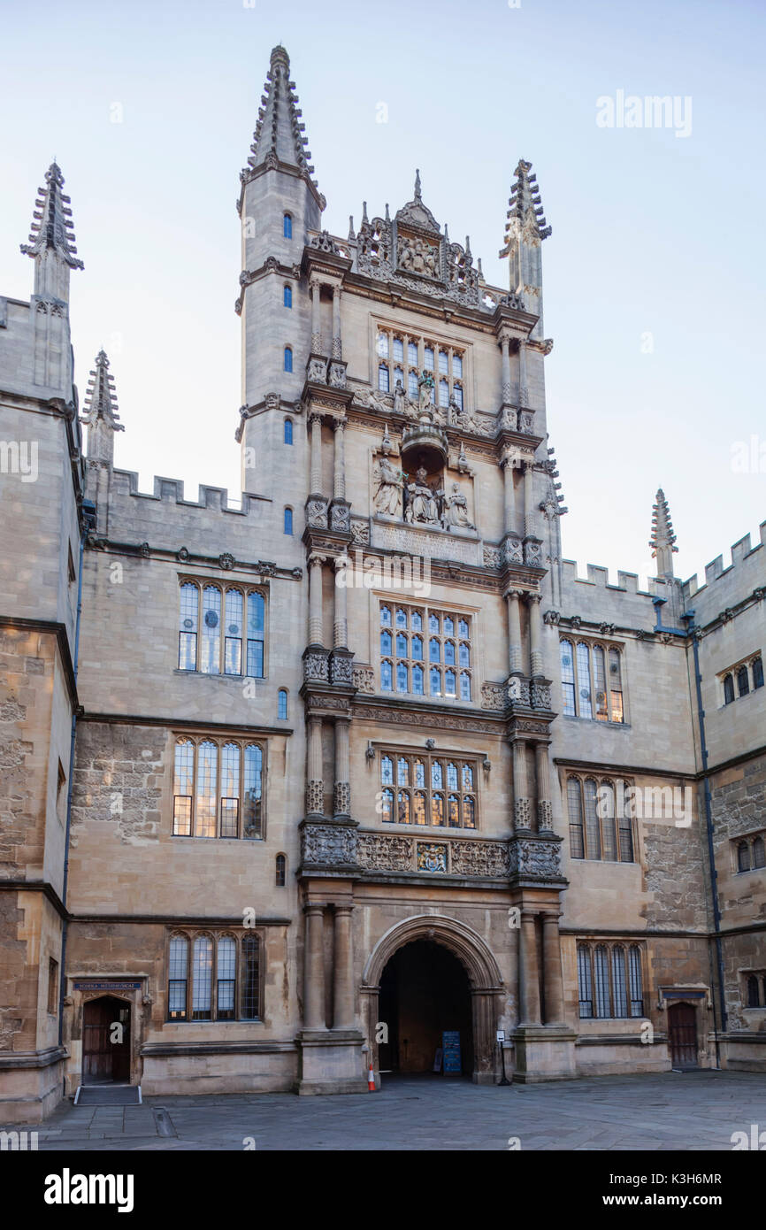 England, Oxfordshire, Oxford, Bodleian Library Building, Entrance Gate - Stock Image