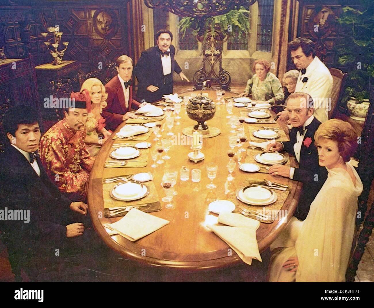 MURDER BY DEATH L-R RICHARD NARITA, PETER SELLERS, EILEEN BRENNAN, JAMES CROMWELL, JAMES COCO, ELSA LANCHESTER,ESTELLE WINWOOD, PETER FALK, DAVID NIVEN, MAGGIE SMITH - Stock Image