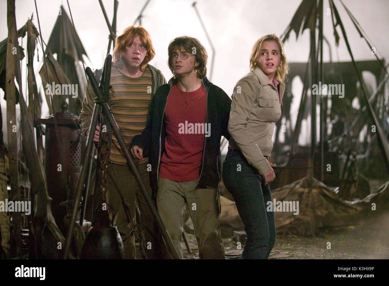 HARRY POTTER AND THE GOBLET OF FIRE RUPERT GRINT as Ron Weasley, DANIEL RADCLIFFE as Harry Potter and EMMA WATSON as Hermione Granger PHOTOGRAPHS TO BE USED SOLELY FOR ADVERTISING, PROMOTION, PUBLICITY OR REVIEWS OF THIS SPECIFIC MOTION PICTURE AND TO REMAIN THE PROPERTY OF THE STUDIO. NOT FOR SALE OR REDISTRIBUTION     Date: 2005 - Stock Image