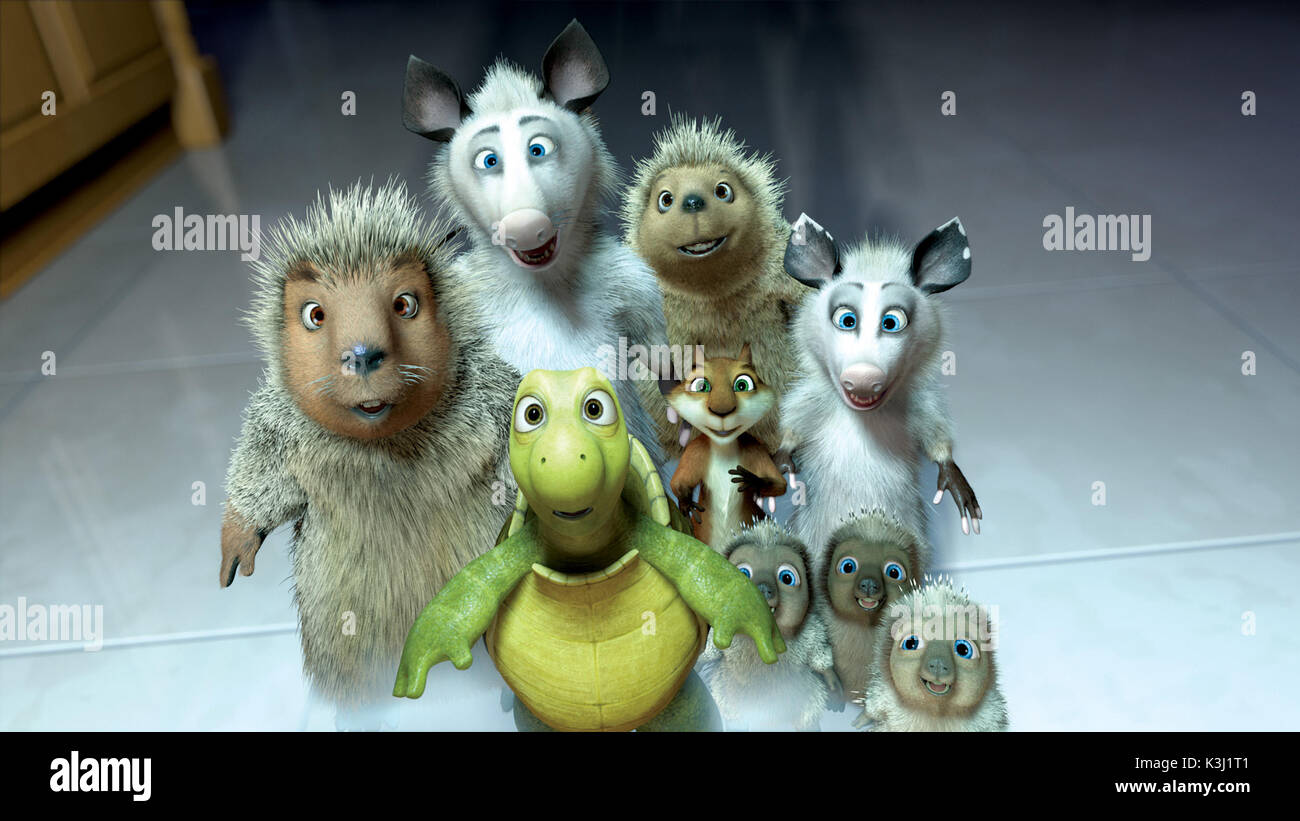 (Left to right) Lou, Verne, Ozzie, Penny, Hammy, Heather and the Porcupine triplets discover the treasures of the suburban kitchen in DreamWorks Animation? comedy OVER THE HEDGE. OVER THE HEDGE (Left to right) Lou, Verne, Ozzie, Penny, Hammy, Heather and the Porcupine triplets discover the treasures of the suburban kitchen - Stock Image