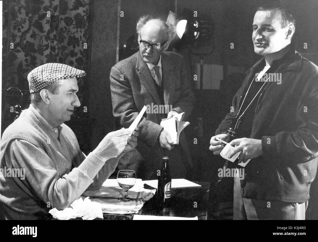 LINDSAY ANDERSON DIRECTING A COMMERCIAL FOR MACKESON'S STOUT - Stock Image