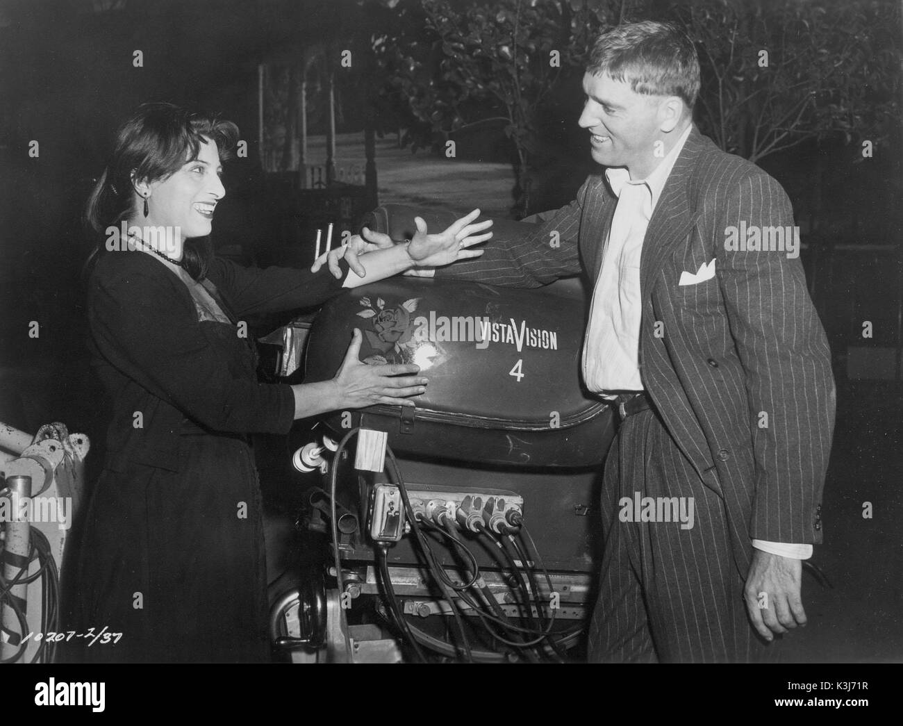 Co-stars ANNA MAGNANI and BURT LANCASTER greet each other over the VISTAVISION CAMERA which has painted on it the emblem of THE ROSE TATTOO which they Co-stars ANNA MAGNANI and BURT LANCASTER greet each other over the VISTAVISION CAMERA which has painted on it the emblem of THE ROSE TATTOO - Stock Image