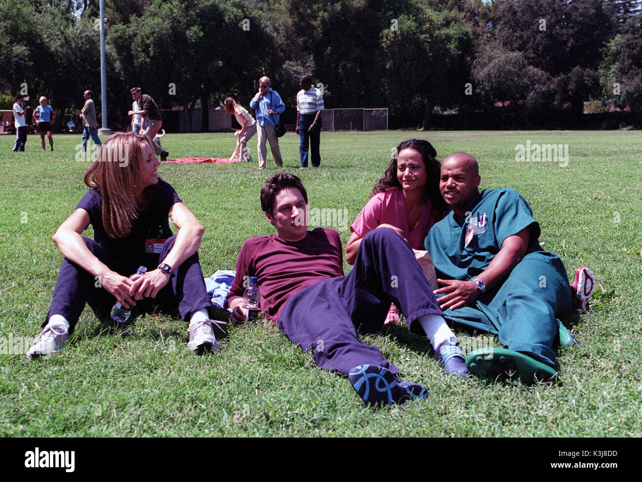 """65214_2_23A - SCRUBS -  """"My Old Lady"""" Ð Three patients show J.D., Elliot and Turk that there is more to being a doctor than they think when """"Scrubs"""" airs Tuesday, October X, 2001 (9:30-10:00 PM ET/PT) on NBC. (TOUCHSTONE TELEVISION/SCOTT HUMBERT) SARAH CHALKE, ZACH BRAFF, JUDY REYES,  DONALD FAISON  SCRUBS [US TV SERIES 2001 -  ]  Series#1/Episode#4/""""My Old Lady""""  SARAH CHALKE as Dr. Elliot Reid,  ZACH BRAFF as Dr. John 'J.D.' Dorian,  JUDY REYES as Nurse Carla Espinosa,  DONALD FAISON as Dr. Chris Turk      """"My Old Lady"""" РThree patients show  - Stock Image"""