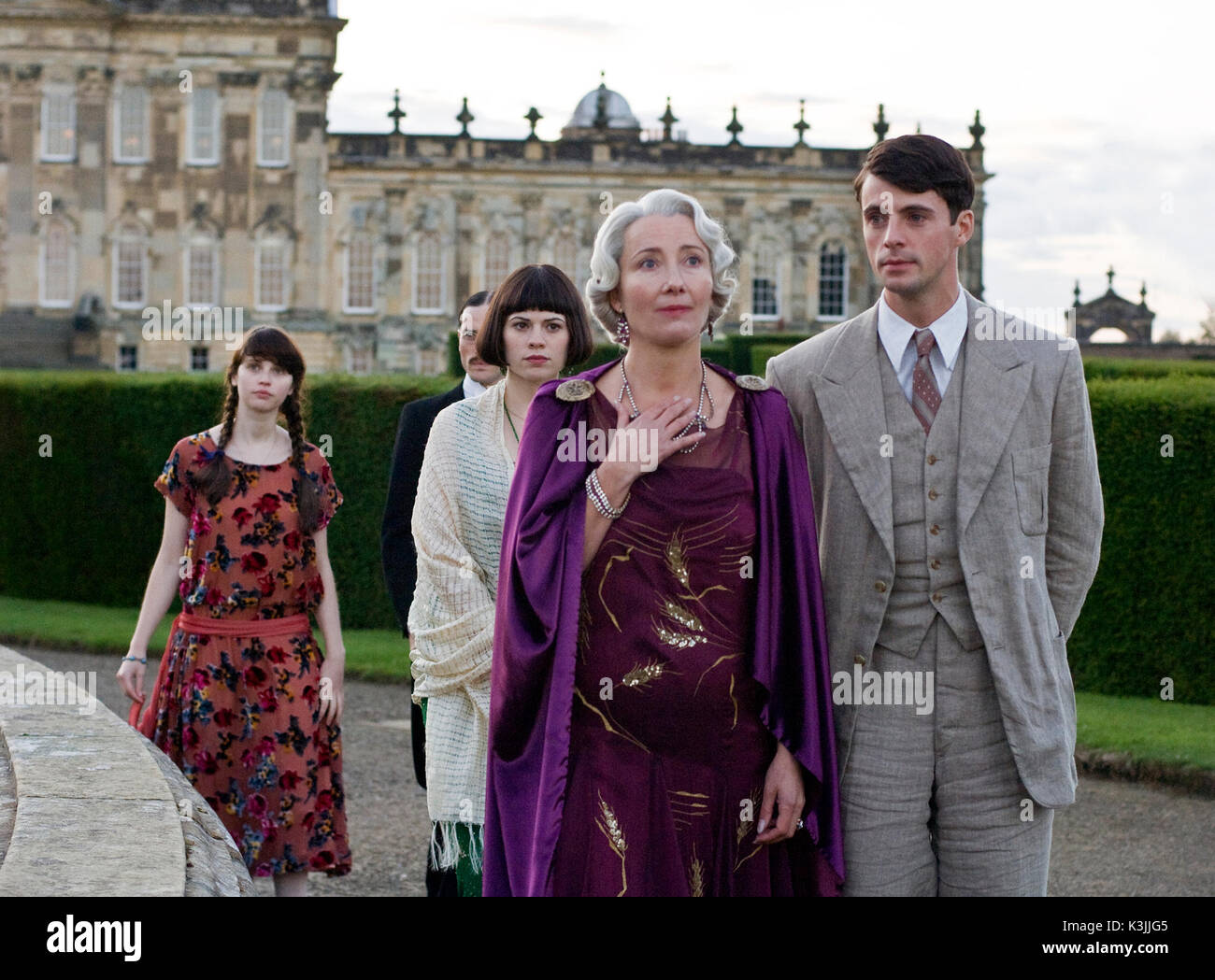 BRIDESHEAD REVISITED FELICITY JONES as Lady Cordelia Flyte, ED STOPPARD as Bridley Flyte , HAYLEY ATWELL as Julia Flyte, EMMA THOMPSON as Lady Marchmain, MATTHEW GOODE as Charles Ryder BRIDESHEAD REVISITED [BR / US 2008] FELICITY JONES as Lady Cordelia Flyte, ED STOPPARD as Bridley Flyte [obscured], HAYLEY ATWELL as Julia Flyte, EMMA THOMPSON as Lady Marchmain, MATTHEW GOODE as Charles Ryder     Date: 2008 - Stock Image