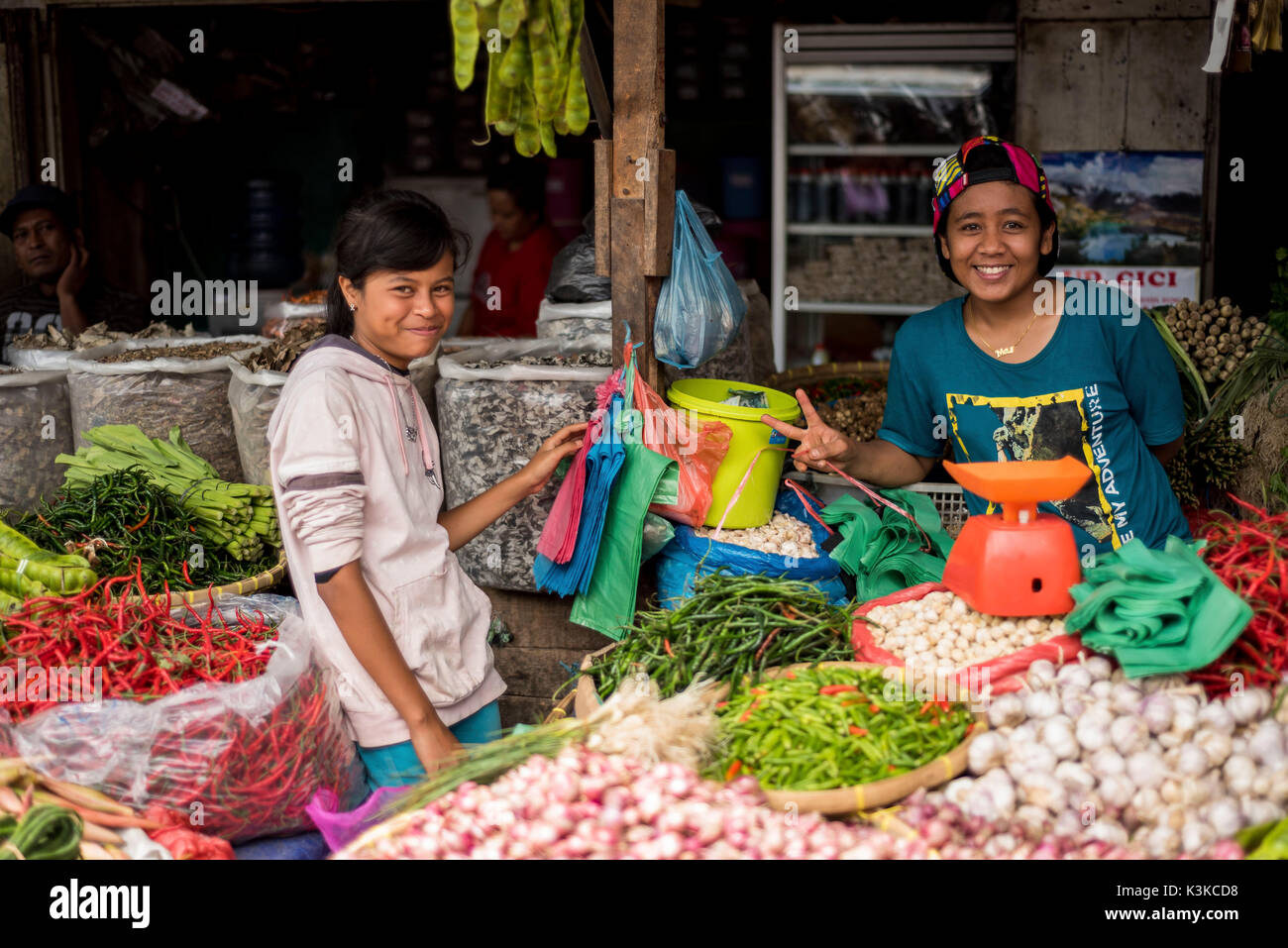 Young greengrocers in her state. The girl grins and the boy shows a Peace figure with the fingers. - Stock Image