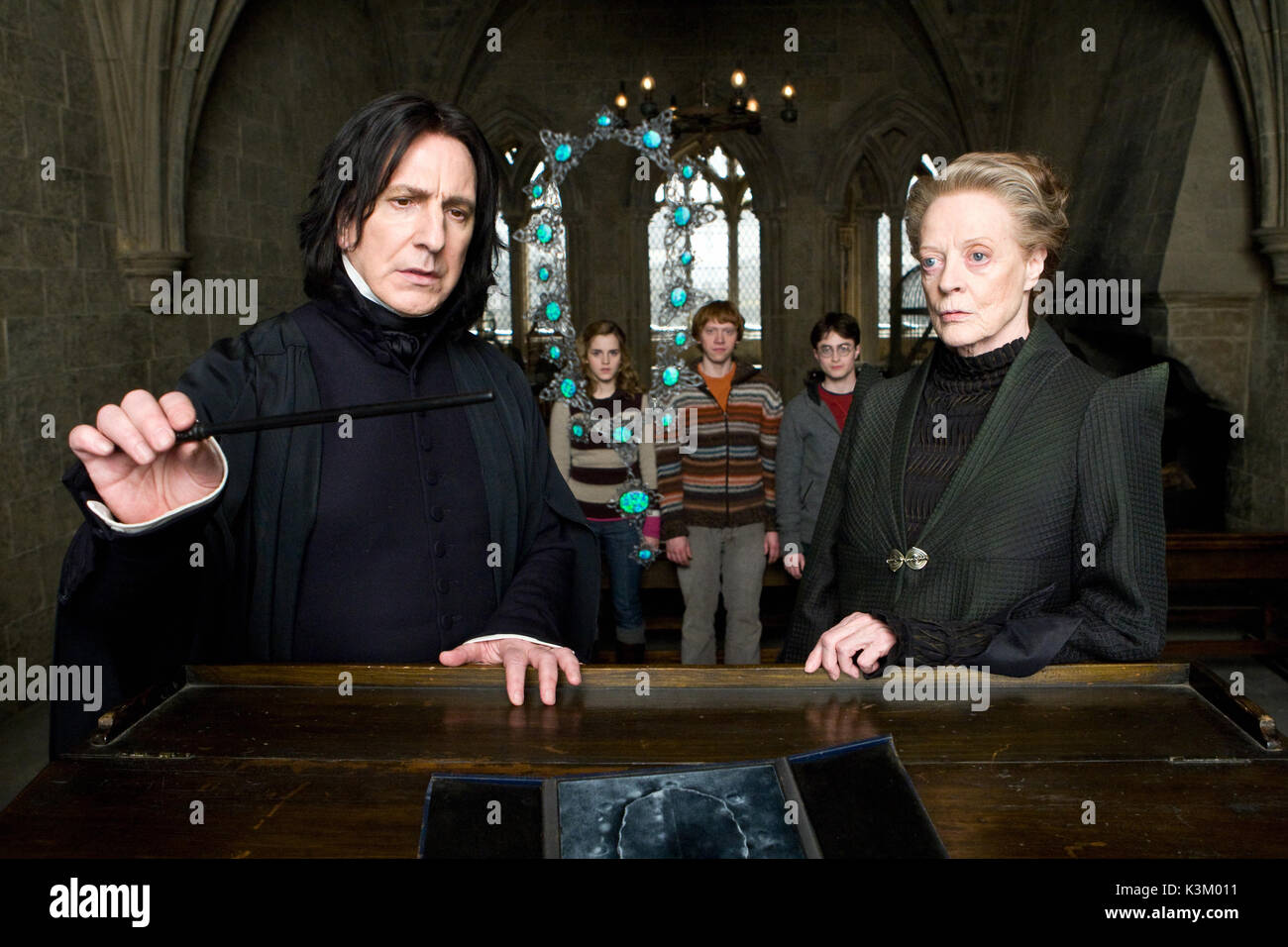 HARRY POTTER AND THE HALF BLOOD PRINCE ALAN RICKMAN as Professor Severus Snape, EMMA WATSON as Hermione Granger, RUPERT GRINT as Ron Weasley, DANIEL RADCLIFFE as Harry Potter, MAGGIE SMITH as Minerva McGonagall        Date: 2009 - Stock Image